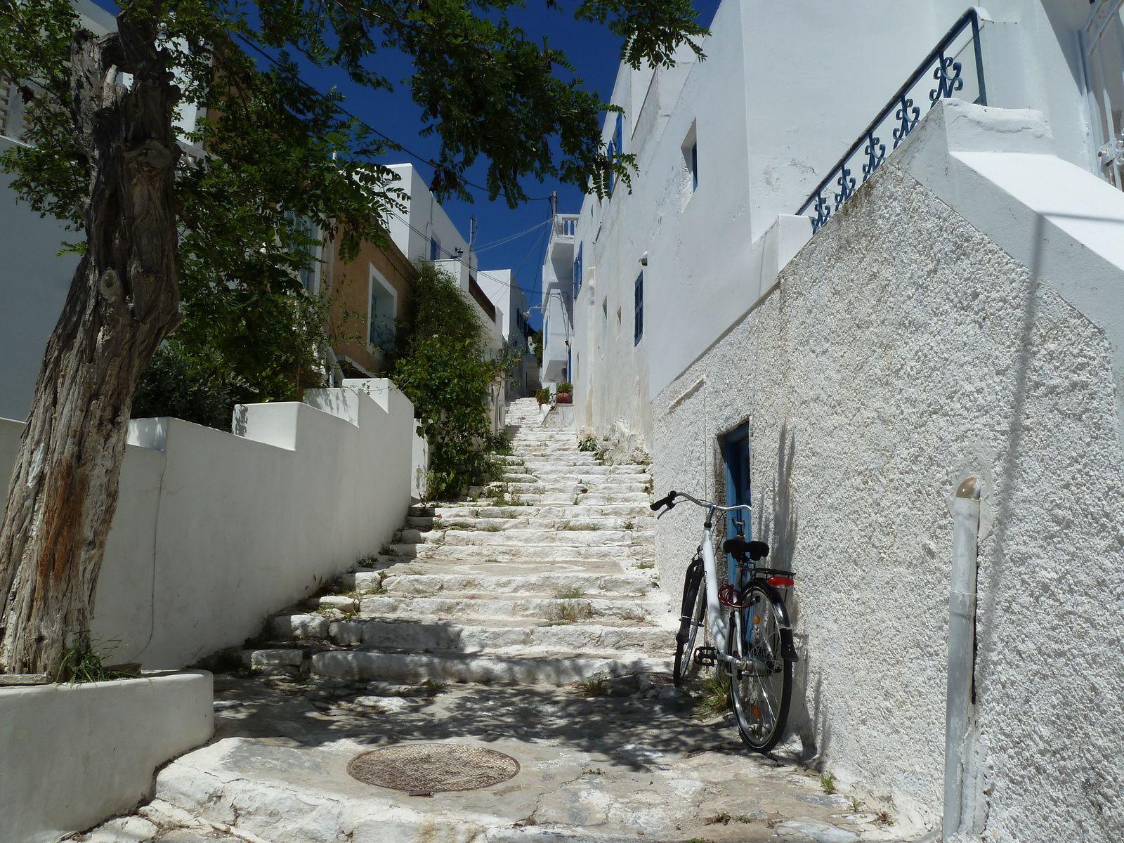 Après le déjeuner, nous prenons le chemin qui borde la mer en traversant le village.