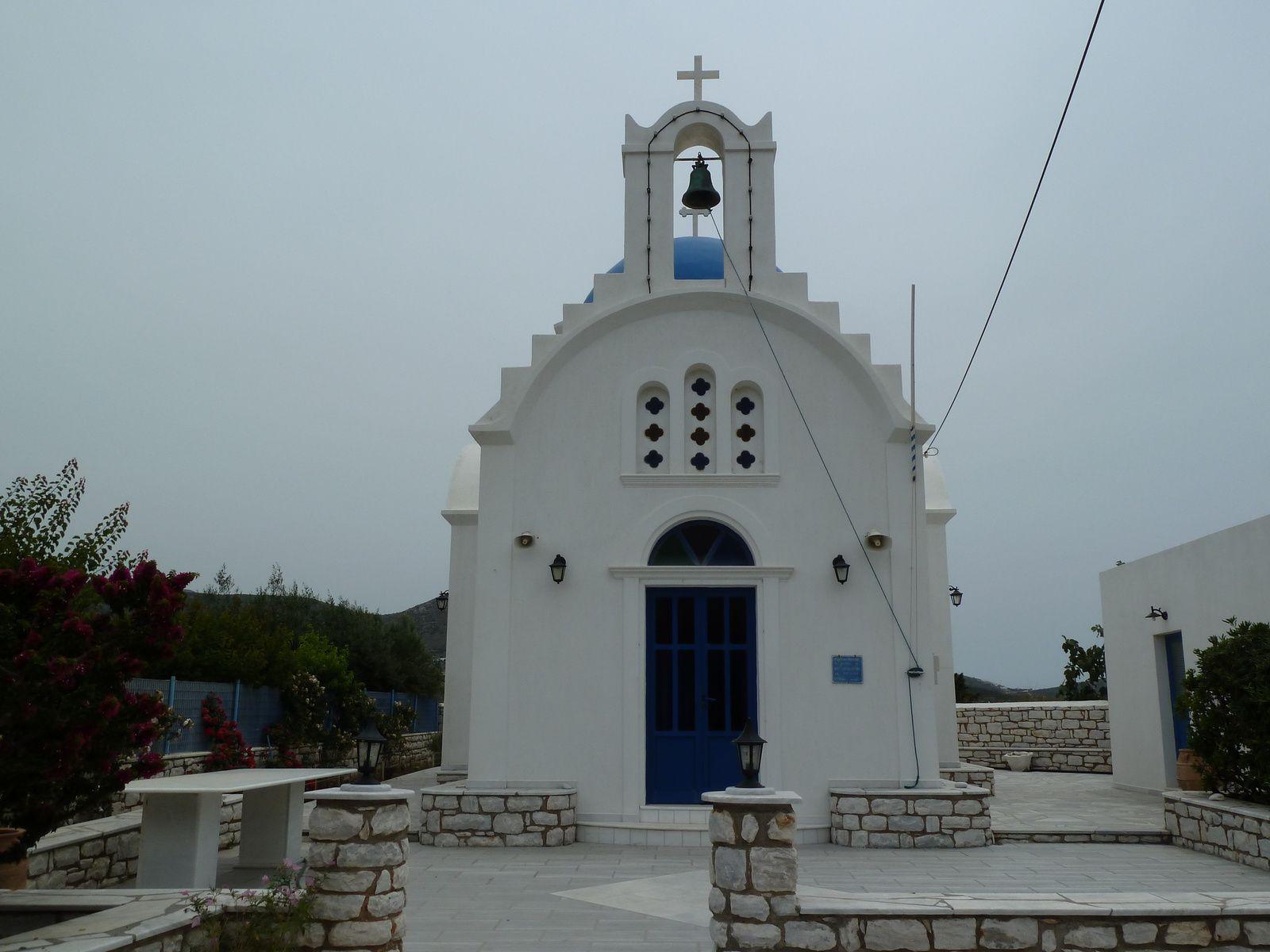 Comme dans toutes les îles des Cyclades, il existe à Paros des centaines d'églises. Des églises paroissiales, des chapelles dans la campagne et des petits oratoires dans l'enceinte de nombreuses maisons. Toutes simples, sans recherches ornementales particulières, principalement blanches avec des coupoles bleues, ce sont des exemples de l'architecture égéenne qui caractérise également Paros. La taille et la forme de chaque église dépend de la situation financière de celui qui la fait construire.