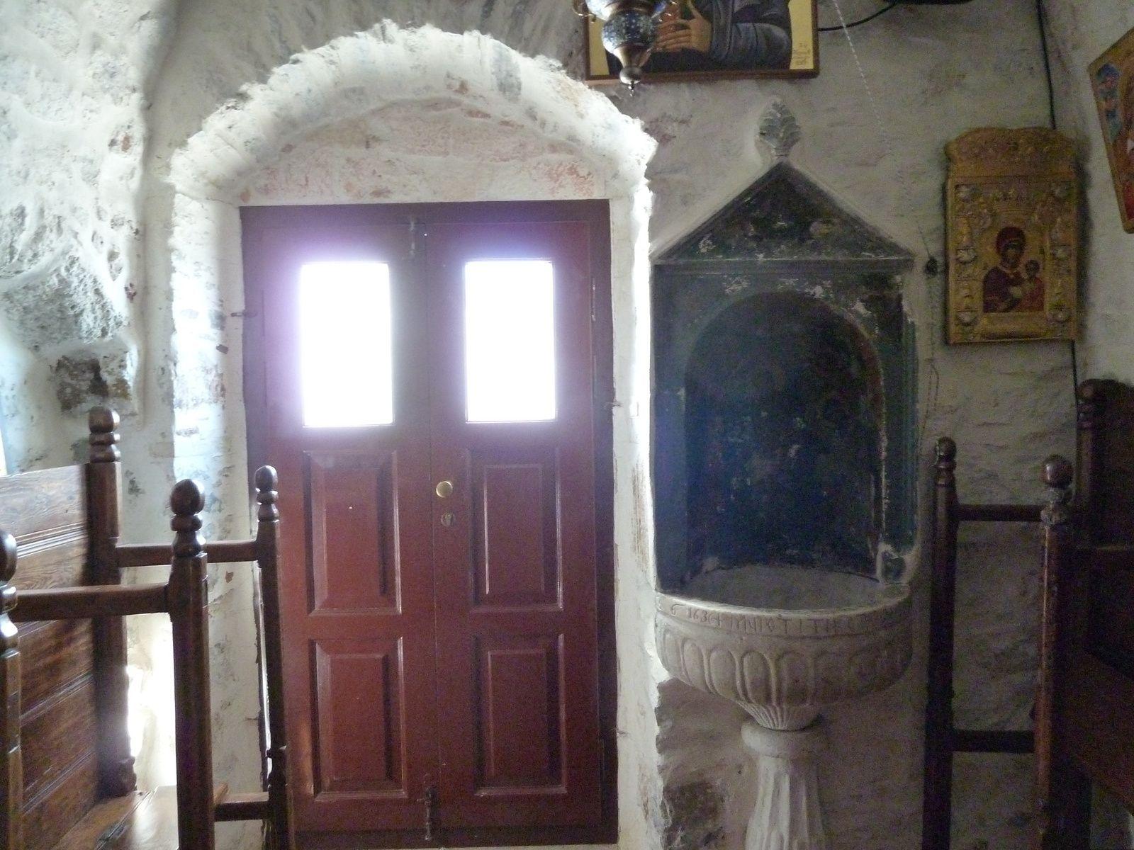 La chapelle, renfermant quelques belles icônes, est installée dans une des anfractuosités du rocher. Tournefort, dans son Voyage d'un botaniste (1700) dit qu'il «ressemble de loin à une armoire appliquée vers le bas d'un rocher effroyable, taillé naturellement à plomb». Il estime qu'une centaine de moines pouvaient y loger. En 1989, il n'y en avait plus que deux. Il semblerait que depuis les évolutions politiques en Europe de l'Est, de nombreux jeunes moines d'origine russe se soient installés à Amorgos, comme dans d'autres monastères de Grèce.
