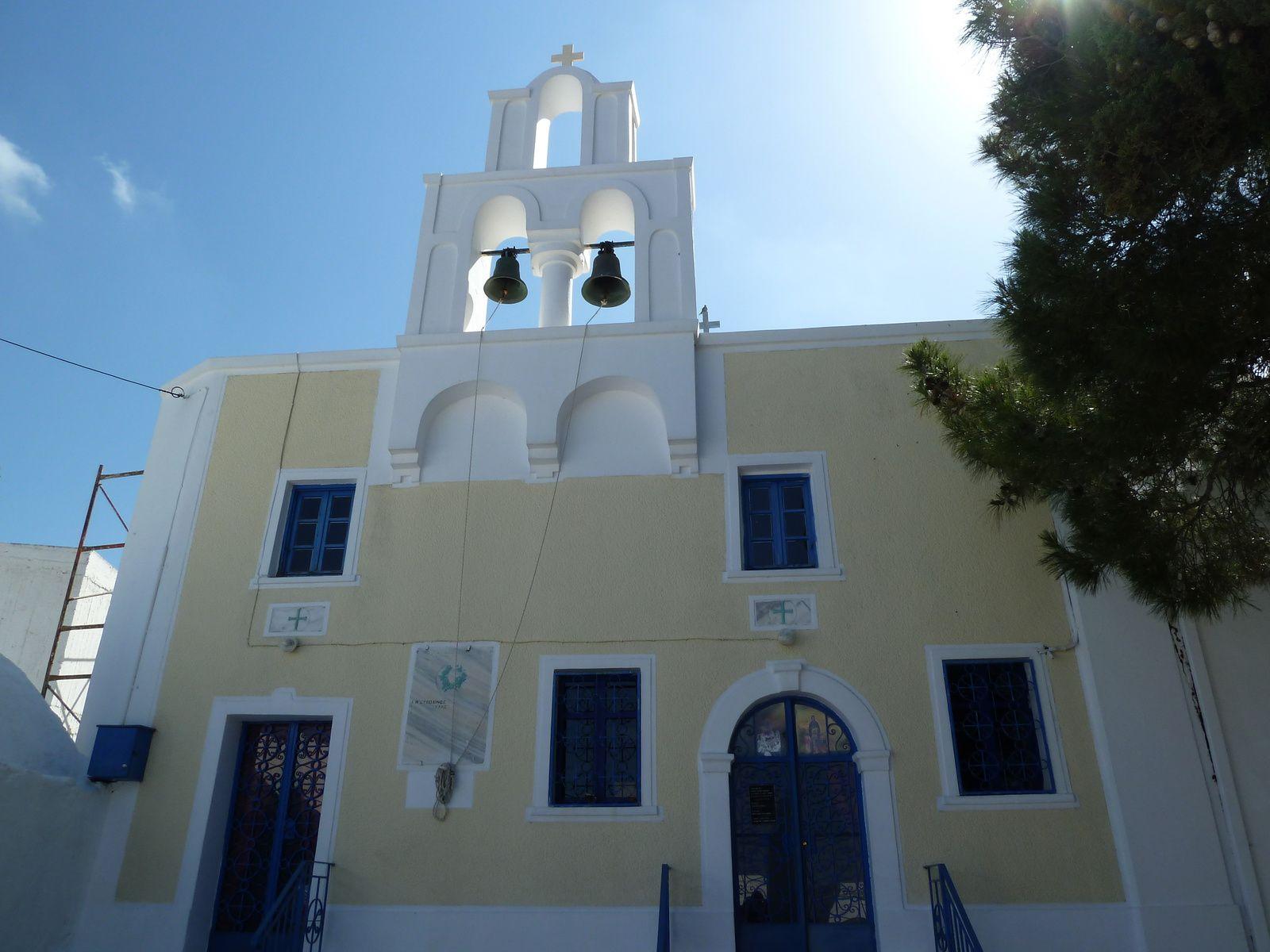 En haut de l'escalier, sur une place se trouve l'église de Lagada, nous avons la chance d'y rentrer. Elle est richement décorée et possède de très belles icônes.