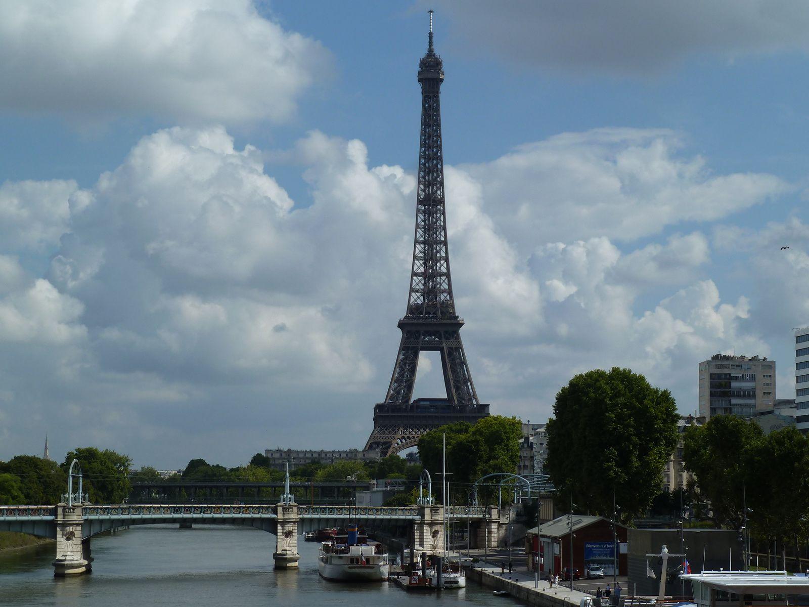 On a une vue de la Tour Eiffel et des immeubles sur le front de Seine Quai de Grenelle.