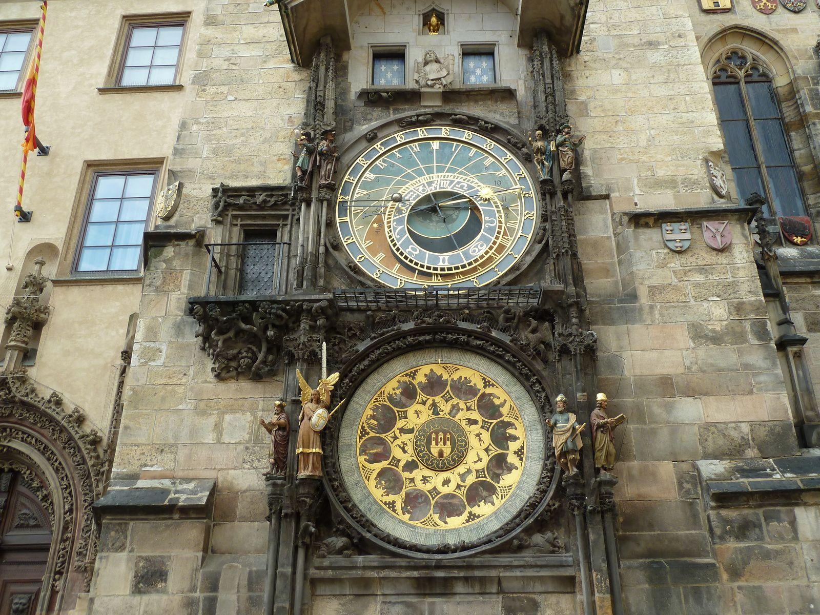 La tour de la place mesure 69,5 mètres de hauteur et offre une magnifique vue sur Prague depuis sa galerie panoramique. Elle fut ajoutée en 1364 à ce qui était la demeure privée de Volfin de Kamen. Elle intègre une horloge astronomique, construite en 1490 par Hanus, dont les personnages s'animent au-dessus des signes du zodiaque situés dans la partie supérieure. Le bas de l'horloge est constitué d'un calendrier.