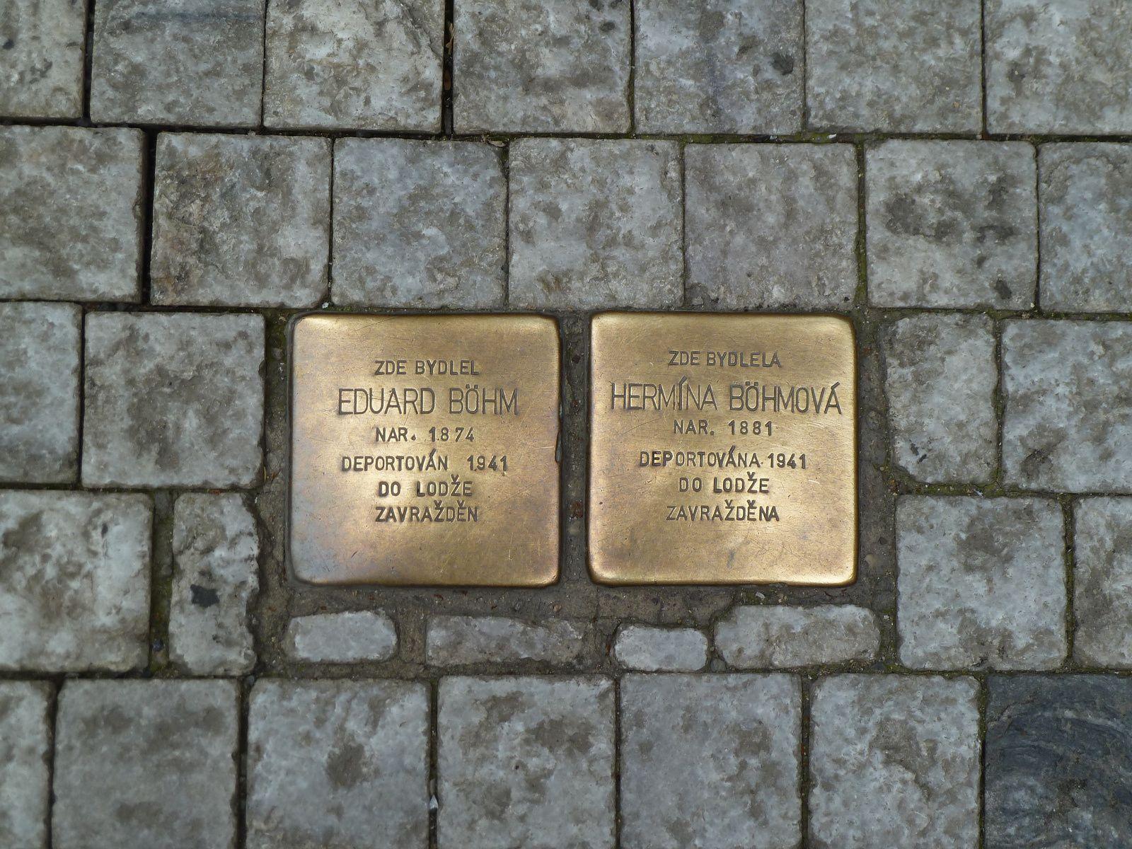 es plaques ont été apposées sur certains trottoirs, en honneur des déportés qui ont vécu dans les maisons contiguës.