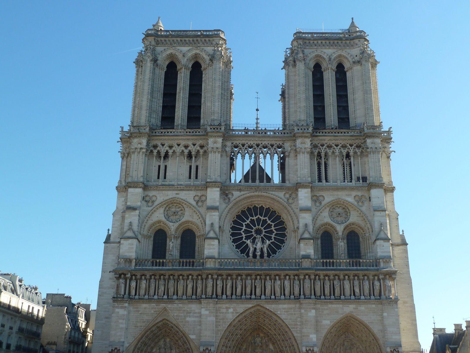 """Deux vues de Notre-Dame-de-Paris, remarquez la mariée, comme disent les anglo-saxons """"It's so romantic !""""."""