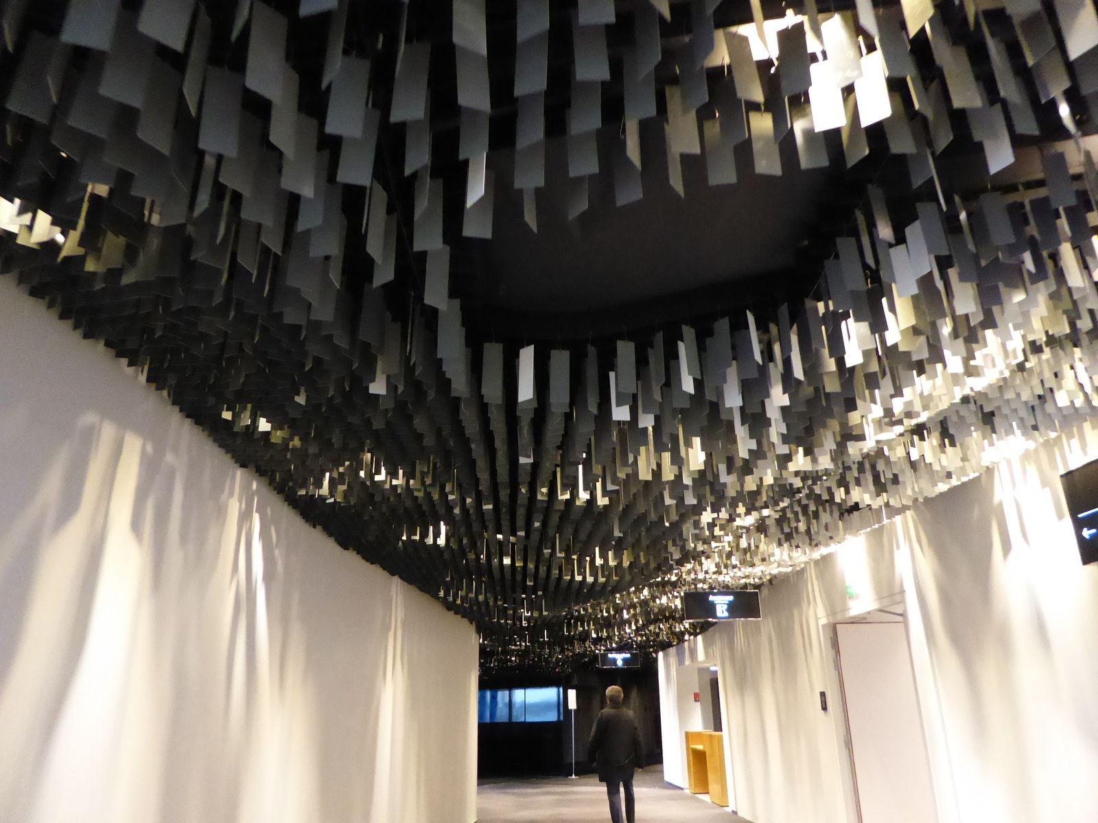 Le hall qui mène à la grande salle où des milliers de plaques métalliques tintinnabulent au gré des souffles d'air...