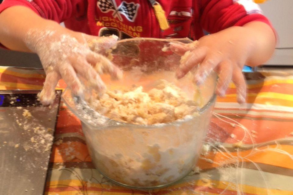 Biscuits de noel au miel fait par mon petit garçon de 2ans 1/2