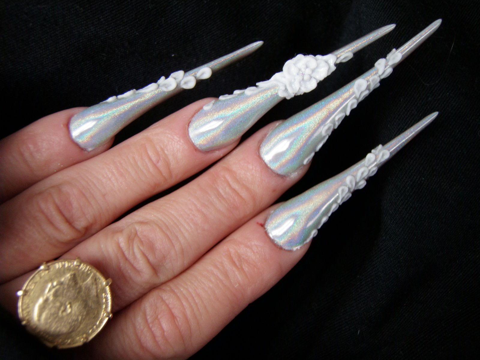 Pigment holographique sur forme &quot&#x3B;Spada&quot&#x3B; et nail art 3D en gel avec Onglemod