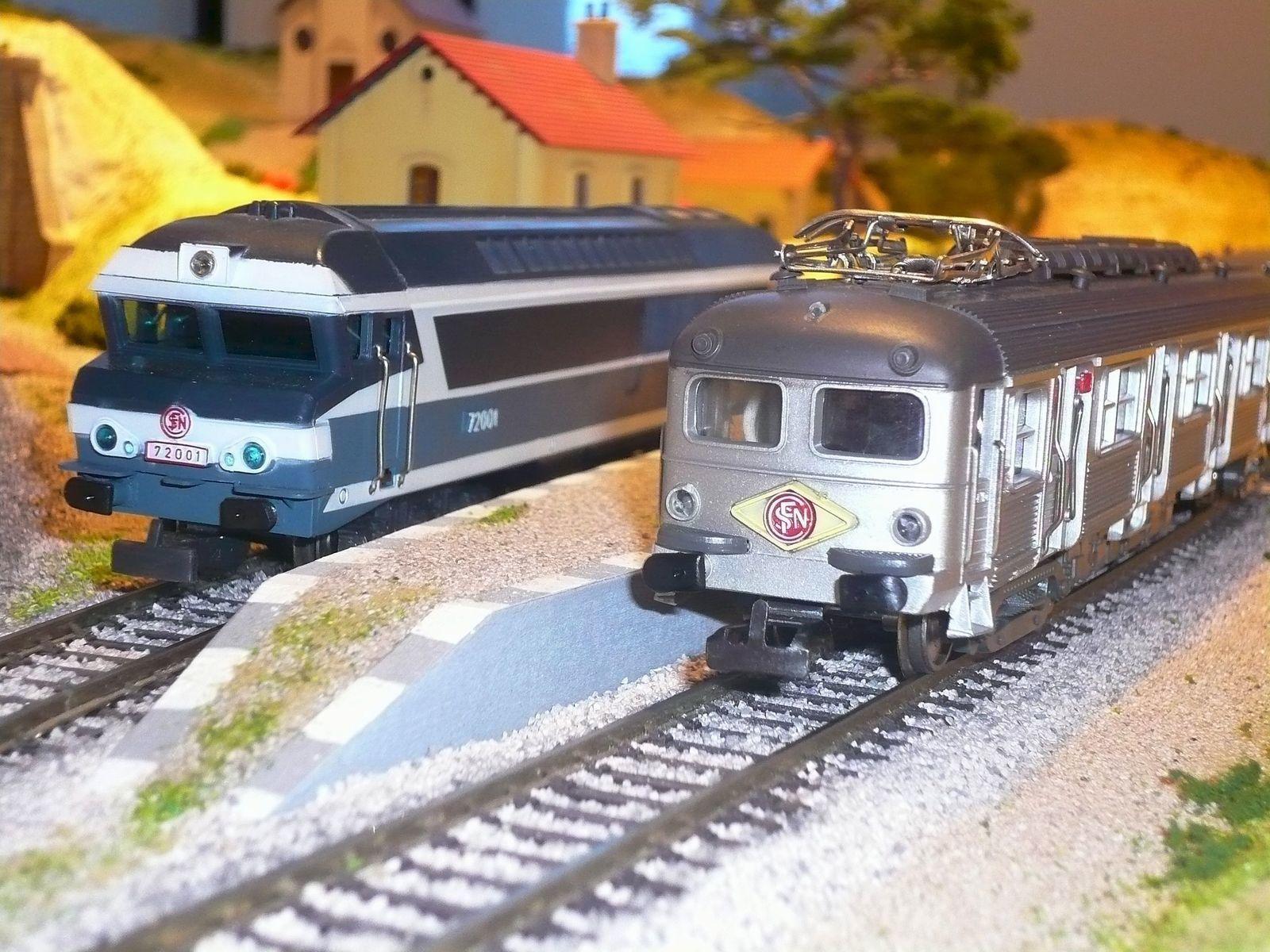 """Choc des époques en gare : une rame """"Budd"""" époque III rencontre une CC 72000 époque V. Les 2 machines de marque Jouef passeront prochainement en atelier pour améliorations."""