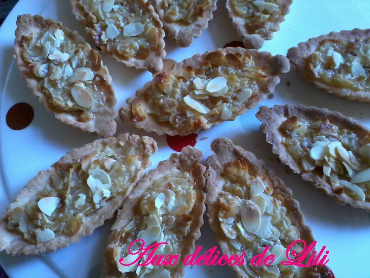 Lili du blog http://aux-delices-de-lili.over-blog.com avec « Les tartelettes au lait de coco et Amandes »