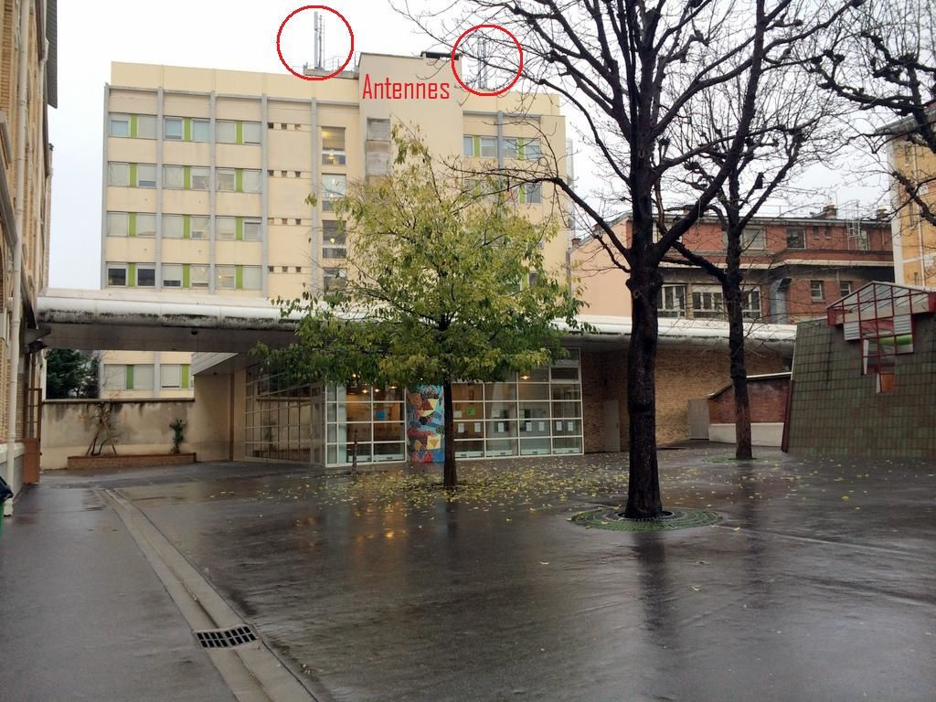 Les antennes 4G d'Orange sur le bâtiment de l'Institut Pasteur.