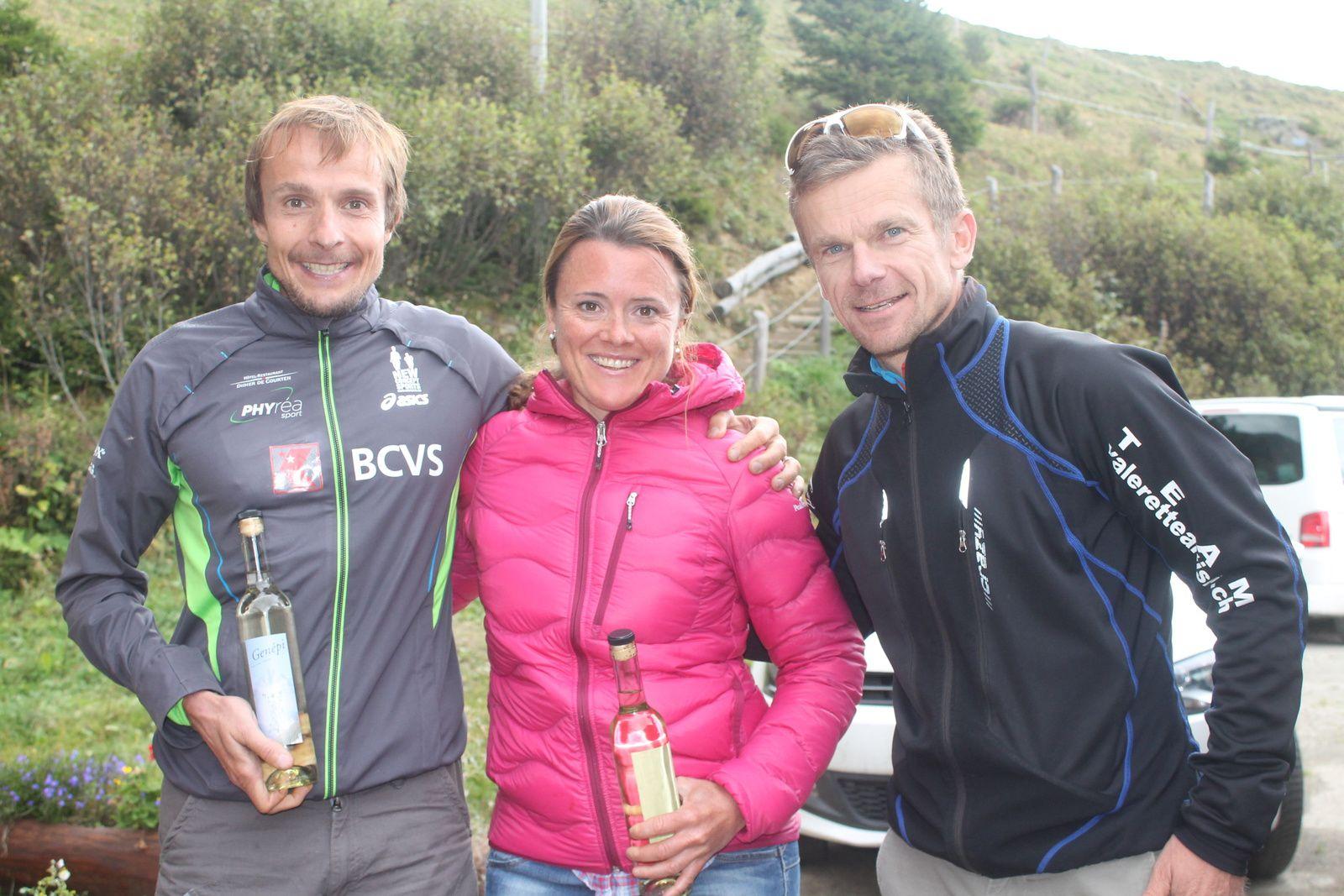 Manu Vaudan, dont la bouteille de Génépi n'a pas fait de vieux os, partage sa joie avec Claudia Stettler et Jean-Pierre Sierro.