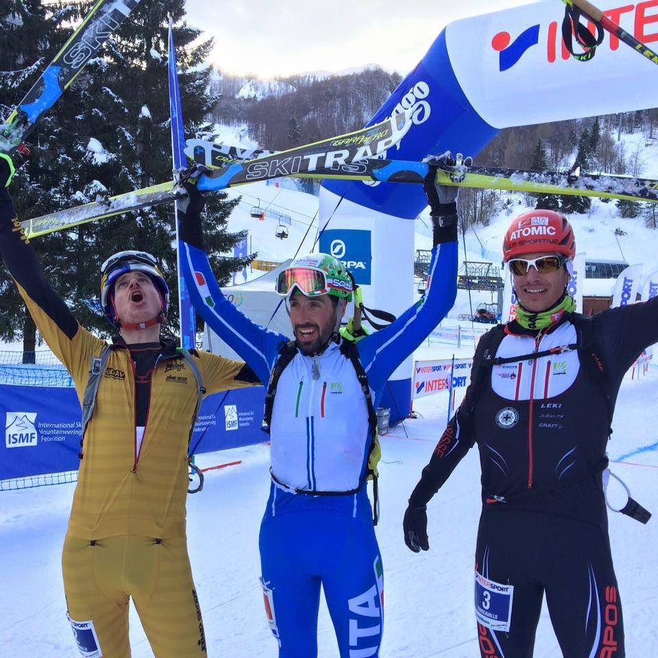 L'Allemand Anton Palzer (à g.) et le Haut-Valaisan Iwan Arnold entourent le vainqueur du jour, l'Italien Robert Antonioli