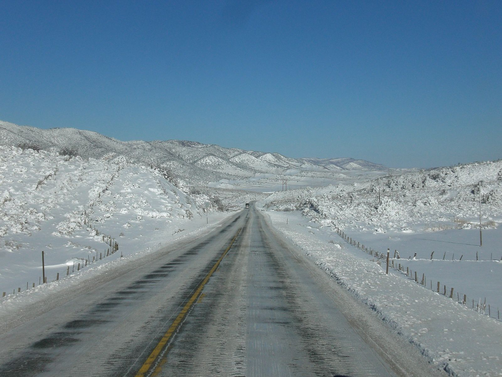 Je repars pour ma deuxieme livraison en prenant une petite route plein nord, mais pas de chaine aujourd'hui. Blanc, glacé mais on roule bien.