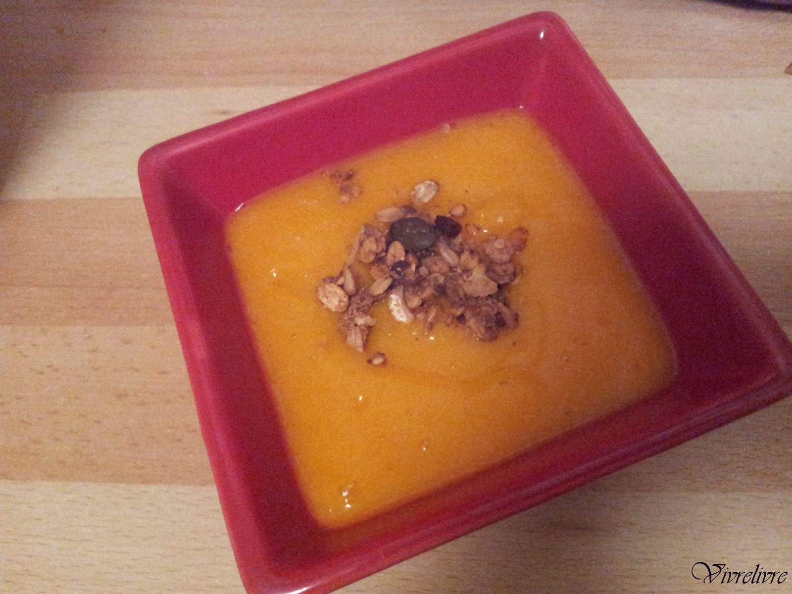 Velouté de potimarron et son granola salé d'Antigone XXI - http://antigonexxi.com/2014/11/06/soupe-de-potimarron-granola-sale-au-fromage-vegan-sans-gluten/