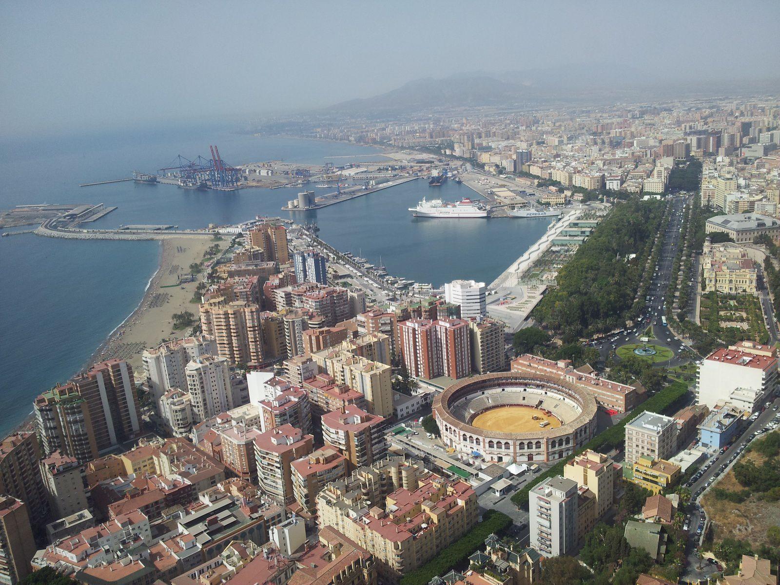 Malaga vue du ciel, Place de la Merced // Les Arènes, le nouveau port, la Mairie (photos personnelles, 2012)
