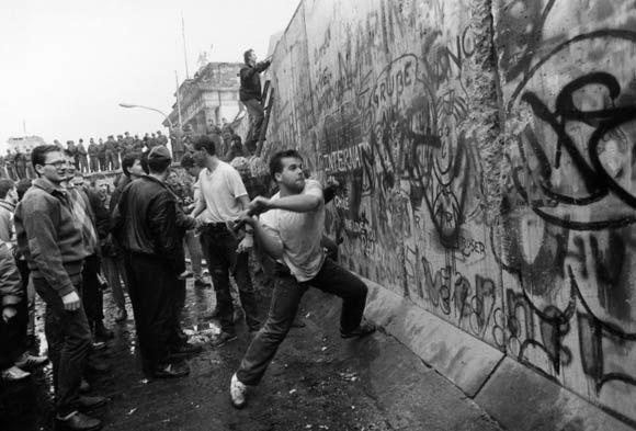 Chute du Mur de Berlin - 9 novembre 1989. https://www.google.fr/search?q=mur+de+Berlin&biw=1360&bih=599&source=lnms&tbm=isch&sa=X&ved=0CAYQ_AUoAWoVChMIk5XSl56EyQIViVIUCh0kfQPx#tbm=isch&q=mur+de+berlin+chute