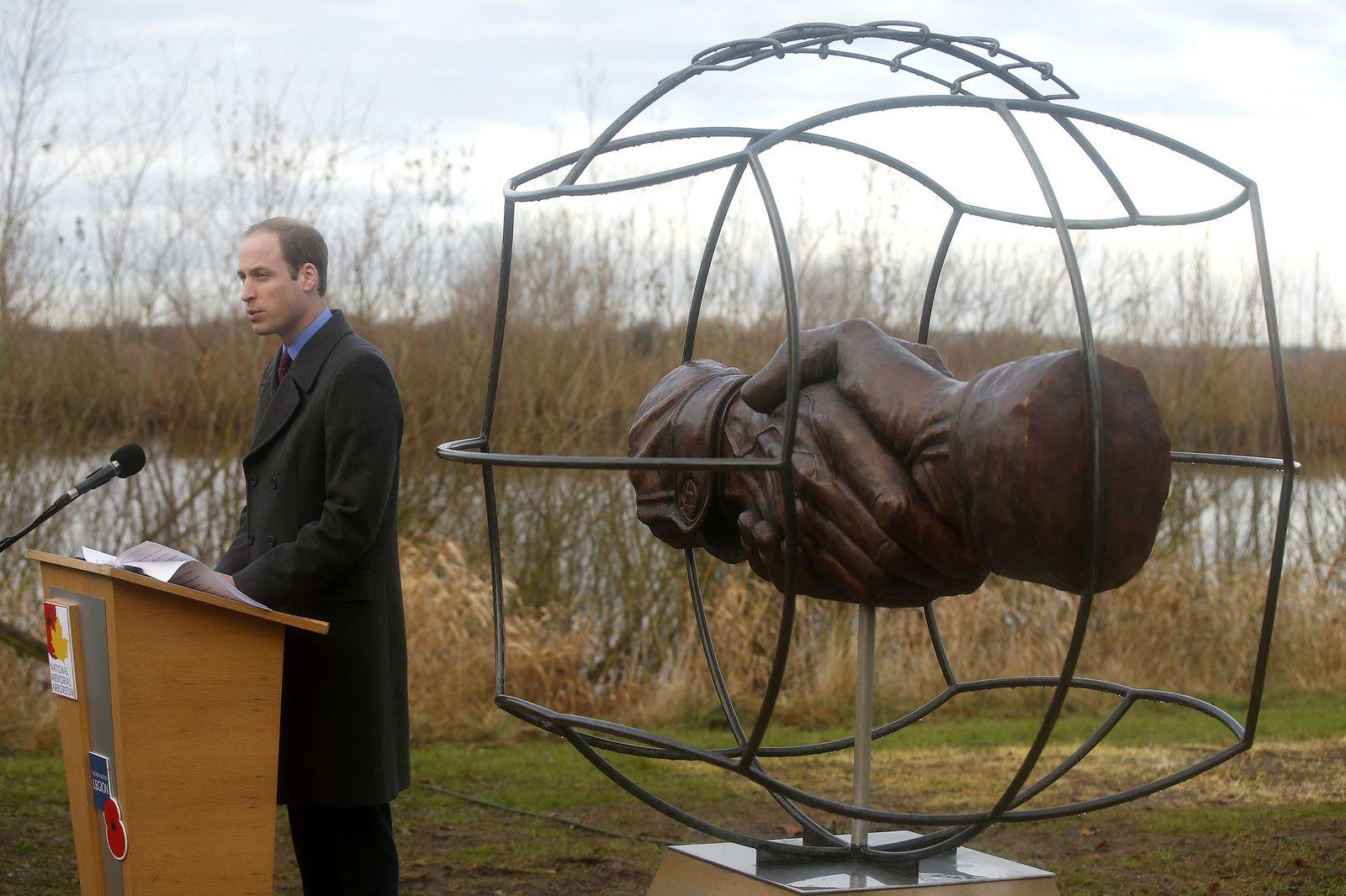 http://www.parismatch.com/Royal-Blog/Royaume-Uni/Le-prince-William-commemore-le-match-de-football-de-la-treve-de-Noel-1914-aux-cotes-d-un-belier-mascotte-de-regiment-au-National-Memorial-arboretum-a-Alrewas-670940#670972