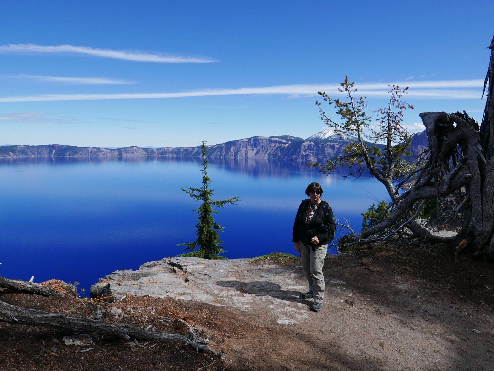 Crater Lake 600 mètres de profondeur , les couleurs sont naturelles pas d'OGM