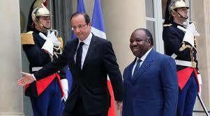 Enfant de la République Ali Bongo, le chemin de la longévité au pouvoir est par ici. François Hollande te l'indique, comme le montre la photo ci-dessous. Toi qui, comme ton feu père, finance la vie politique française de la Gauche à la Droite, tu seras toujours le bienvenu dans la maison de ton père ou de ta mère, la République. La fidélité dans la servitude est une vertu rare. Pour cela, et qu'il pleuve ou qu'il neige au Gabon, reçois les hommages appuyés de la République.