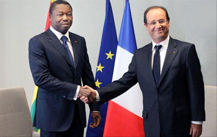 Hollande recevant le dictateur Eyadéma-fils. Franche et sincère poignée de main