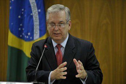 """Le chancelier brésilien Luiz Alberto Figueiredo soutient les prises de position énergiques et unanimes du MERCOSUR et de l'UNASUR contre les plans de déstabilisation du Venezuela, rejette """"la violence comme mécanisme au sein d'une démocratie"""" et demande """"le respect des institutions"""". Source : http://www.ciudadccs.info/?p=534827 A noter que l'UNASUR et le MERCOSUR expriment le point de vue de l'ensemble des gouvernements d'Amérique du Sud et que même un président de droite comme Juan Manuel Santos (Colombie) a appellé à """"renoncer aux violences lors des protestations"""" . Par contraste l'ex-président Alvaro Uribe Vélez, impliqué dans le paramilitarisme et ses crimes massifs contre l'humanité en Colombie, a annoncé qu'il allait """"lever des fonds"""" pour appuyer la droite vénézuélienne."""