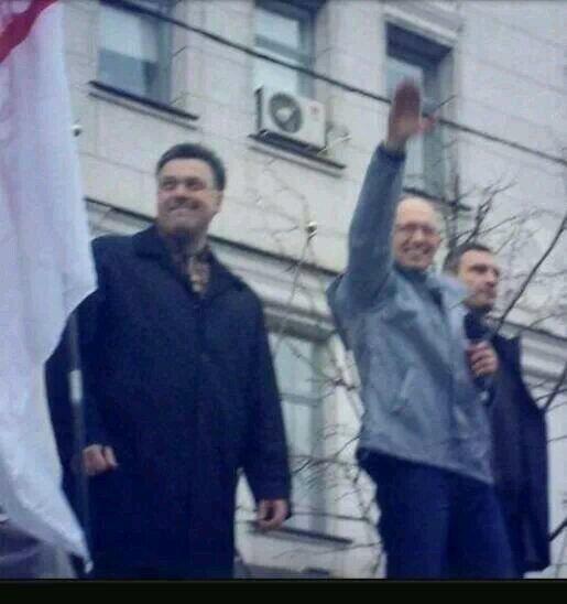 Le chef de l'opposition Iatseniouk en train de faire le salut Nazi au côté de Klitschko