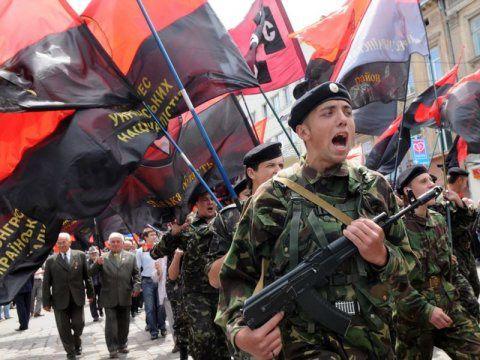 Tireurs de l'organisation militaire ultra-droite appelée Assemblée nationale ukrainienne - Autodéfense populaire ukrainienne (UNA-UNSO) Les membres de l'UNA-UNSO marche à Lviv.