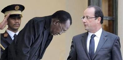 """Le dictateur Idriss Déby s'inclinant devant le """"chef de guerre"""" François Hollande. Il a été  porté au pouvoir par les services français et maintenus en 2008 grâce à l'intervention de l'armée française. Il est accusé d'avoir commis de nombreux crimes de guerre et contre l'humanité au Tchad par l'opposition et des ONGs.. Selon l'agence Irin plus de 2000 enfants sont réduits en Esclavage au Tchad."""
