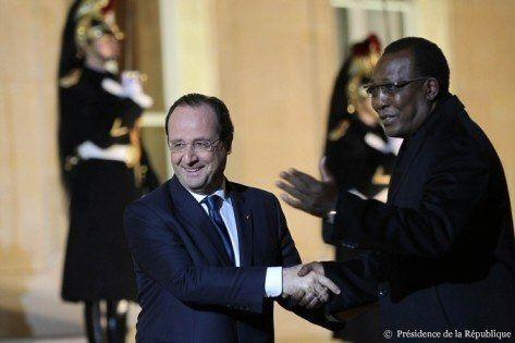 """Etreinte chaleureuse à l'Elysée entre le dictateur Idriss Déby et le """"chef de guerre"""" Hollande"""
