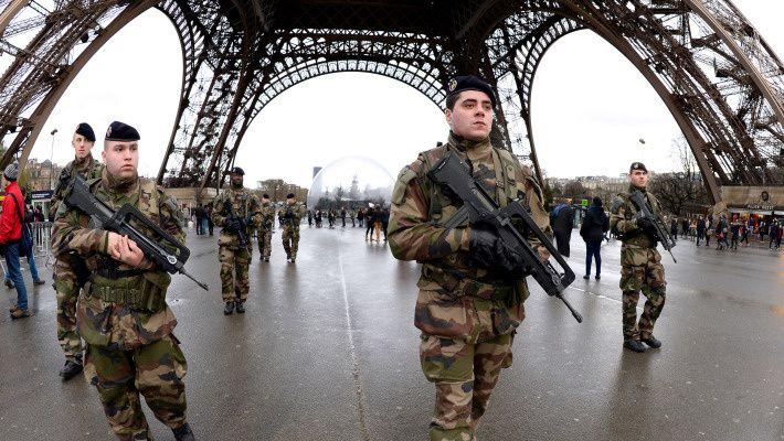 Après les attaques terroristes de janvier, 10.000 militaires français vont continuer à patrouiller dans les rues de France