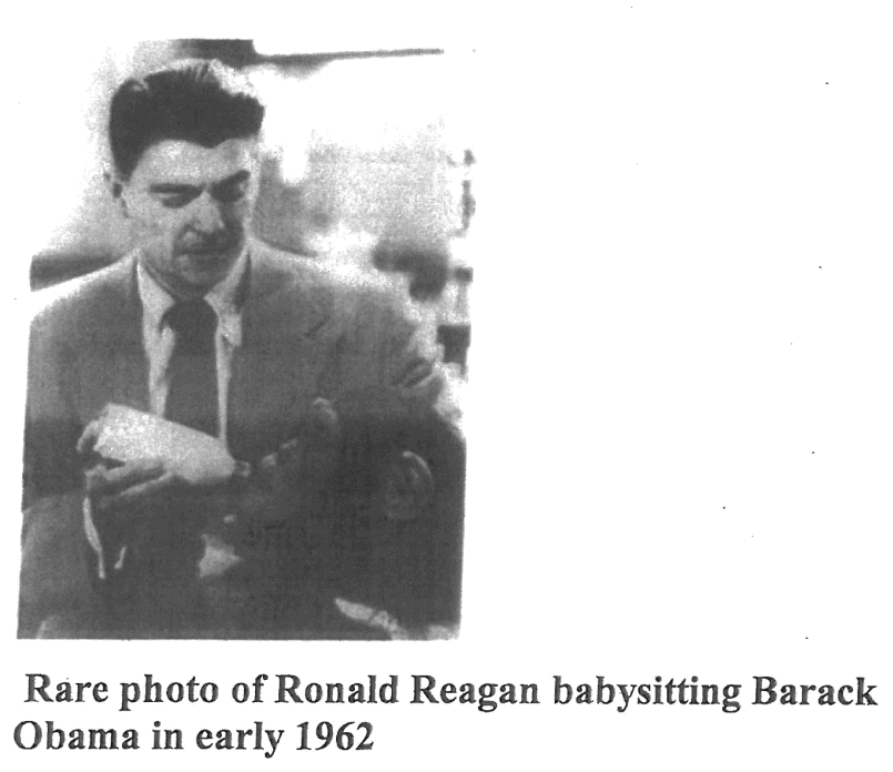 """Photo de Ronald Regan nourrissant Barack Obama en 1962. Cette photo fait partie d'un e-mail du 18 avril 2011 avec le titre suivant ""photo très rare"" et un message qui disait ""Certains de ces e-mails me touchent un peu plus que d'autres."""