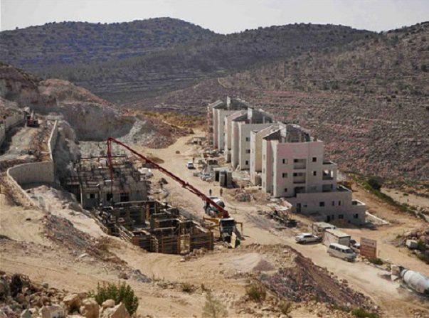 onçues comme autant de bunkers, les colonies juives en Palestine occupée, grignotent lentement les terres appartenant aux Palestiniens – Photo : Dan Balilty/AP
