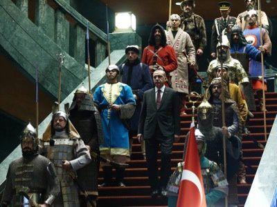 Le président Erdoğan reçoit dans son palais flambant neuf entouré de 16 soldats costumés en guerriers des 16 Empires turcs qui l'ont précédé.