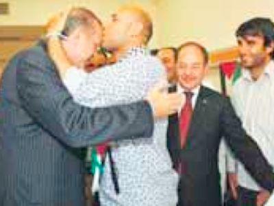 Mehdi al-Harati est un double national libyen-irlandais. En juin 2010, sa photo remerciant M. Erdoğan venu le visiter à l'hôpital après son arrestation par les Israéliens à bord de la Flottille de la Liberté, fit la une de la presse. Lors d'un cambriolage de sa maison en Irlande (juillet 2011), il s'avéra qu'il détenait une grosse somme d'argent en liquide que la CIA lui avait donnée pour aider au renversement du Guide libyen. Il dirigea la Brigade de Tripoli, une unité d'al-Qaïda encadrée par des officiers français, chargée par l'Otan de prendre l'hôtel Rixos qui servait de cache aux Kadhafi et, au passage, d'assassiner Thierry Meyssan (août 2011). Sous les ordres d'Abdelhakim Belhaj et avec plusieurs milliers de combattants libyens, il vint en novembre 2011 en Syrie organiser l'Armée syrienne libre, pour le compte de la France. Par la suite, il créa et commanda une autre armée privée, Liwa al-Umma, qui reprit le sigle de l'Armée syrienne libre à la fin 2012. De retour en Libye, il fut élu maire de Tripoli (août 2014) lorsque le pays se divisa entre deux gouvernements, l'un à Tripoli soutenu par la Turquie, l'autre à Tobrouk soutenu par l'Égypte et les Émirats.