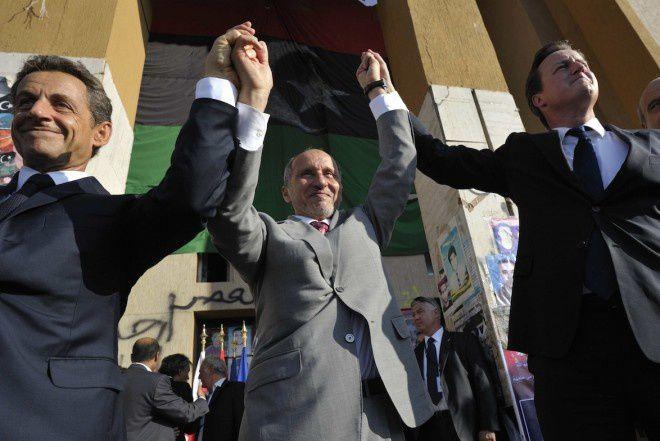 Nicolas Sarkozy et David Cameron entourant le président du Conseil national de transition, en septembre 2011, à Benghazi – PHILIPPE WOJAZER-POOL/SIPA