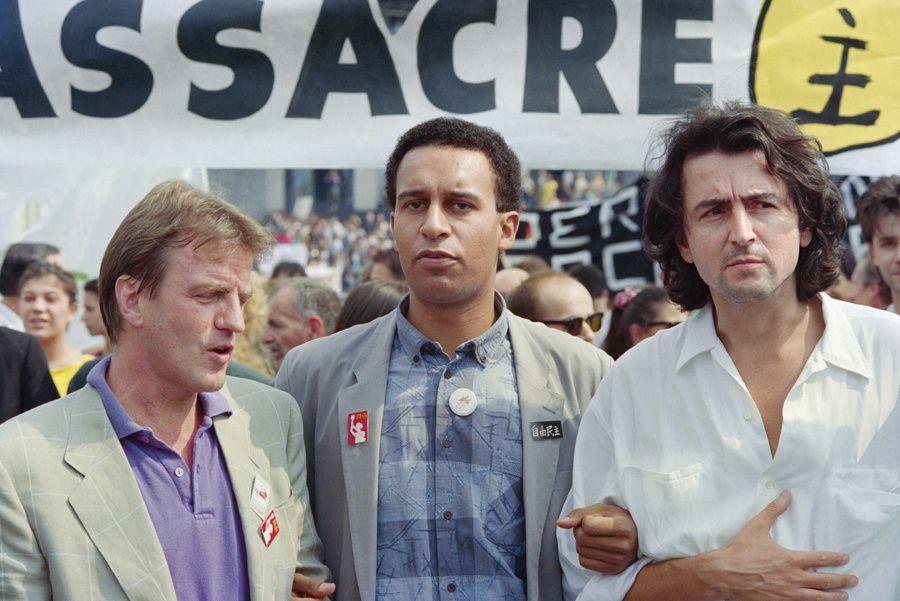 Ici en 1989, Harlem Désir, alors président de SOS racisme, entouré de Bernard Kouchner et de Bernard-Henri Levy. Un triplette de virtuoses de la girouette. J-P Muller