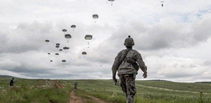 « Swift Response » de l'Otan: Nuées de parachutistes sur le pied de guerre en Europe. L'art de la guerre (Il Manifesto)