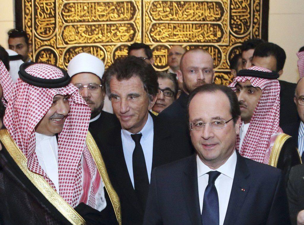 (Le Prince Abdulaziz bin Abdullah bin Abdulaziz (à gauche), vice-ministre saoudien des Affaires étrangères, Jack Lang (au centre) et François Hollande visitent l'exposition « le Pèlerinage de la Mecque », le 22 avril 2014 à l'IMA. Crédit : Philippe Wojazer/AFP)