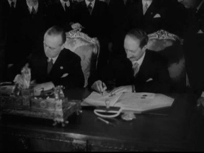 Le 6 décembre 1938, Joachim Ribbentrop, ministre des Affaires étrangères du Reich, et son homologue français Georges Bonnet signent l'Engagement franco-allemand de collaboration pacifique.