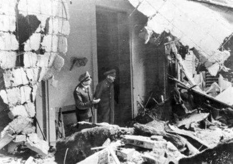 Adolf Hitler sur l'une des dernières photos le montrant vivant: ici, on le voit en train de constater les dégâts subis par les bâtiments de la chancellerie du Reich en compagnie de son adjudant personnel, le SS-Obergruppenführer Julius Schaub (avril 1945). Photo: Keystone