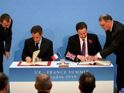 Nicolas Sarkozy et David Cameron signent les Accords de Lancaster House. Ils réitèrent, un siécle plus tard, l'entente cordiale des Accords Sykes-Picot.