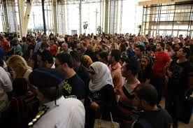 Des touristes attendent à l'aéroport de Charm el-Cheikh en Egypte le 6 novembre 2015 | AFP | MOHAMED EL-SHAHED
