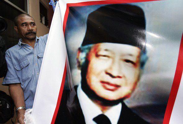 Pendant que l'ancien président indonésien Suharto vivait ses derniers jours, un de ses partisans affichât un portrait de lui devant l'hôpital de Djakarta, où le dictateur militaire mourut deux semaines plus tard. C'est pendant les trente ans du brutal règne de Suharto que l'Indonésie a envahi le Timor oriental, où le reporter Allan Nairn couvrit les atrocités commises par les troupes du général. (Vincent Thian / AP)