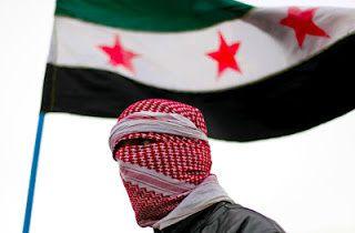 Le drapeau à trois étoiles adopté par les « rebelles » en 2011