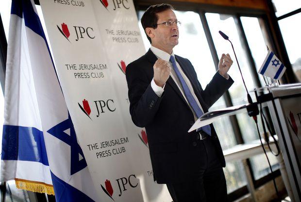 Photo : Isaac Herzog, co-leader du parti Union sioniste et leader du Parti travailliste, s'exprime lors d'une conférence de presse au Club de la presse de Jérusalem, le 10 février 2016 (AFP).