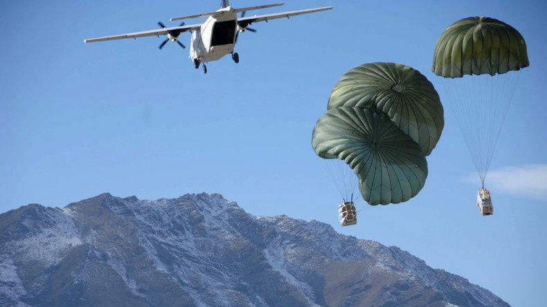 Le CASA C-212 de Blackwater dans le ciel de l'Afghanistan en train de larguer des provisions aux soldats de l'armée américaine.