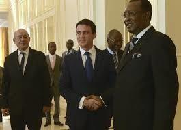 Valls serrant la main du dictateur françafricain Idriss Déby installé et soutenu par la France