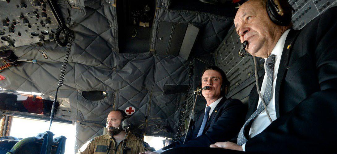 Photo: Jean-Yves Le Drian et Manuel Valls dans le cockpit d'un avion survolant le nord du Mali, le 19 février 2016 | Miguel Medina/AFP