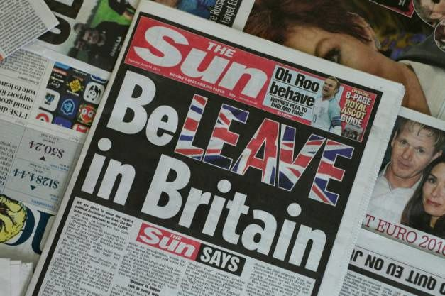 """La Une du quotidien populaire The Sun le 14 juin 2016 appelant ses lecteurs à voter contre le maintien dans l'UE, jouant sur les mots """"quitter"""" (leave) et """"croire (believe) dans la Grande-Bretagne"""" ( AFP / Daniel SORABJI )"""