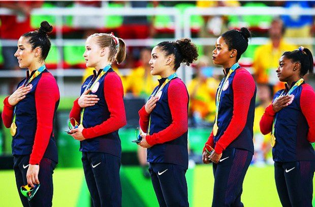 L'équipe américaine de gymnastique féminine a remporté la médaille d'or dans la catégorie de gymnastique artistique. Simone Biles, Lauren Hernandez, Madison Kocian, Gaby Douglas et Alexandra Raisman. Photo: Getty Images